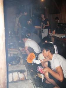 炊事の様子。みんなで協力してご飯を作ります。